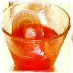 Selbstgemachter Sloe Gin mit Elderflower Tonic.