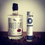 Der naked Gin in originaler Flasche neben der Gebrüder Gin Verkostungflasche.